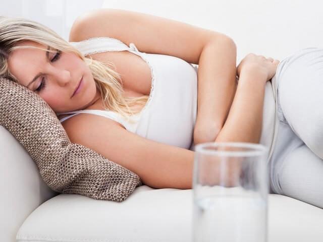 Женщина лежит