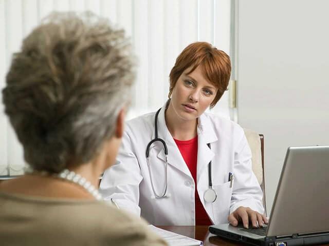 Пожилая женщина на осмотре у врача