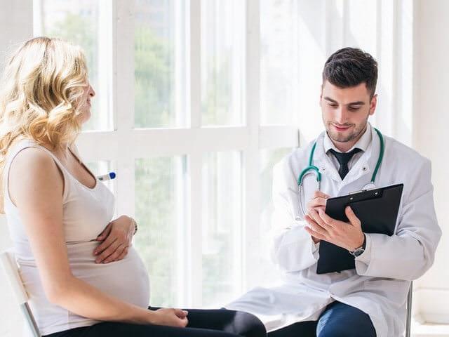 Доктор и беременная пациентка