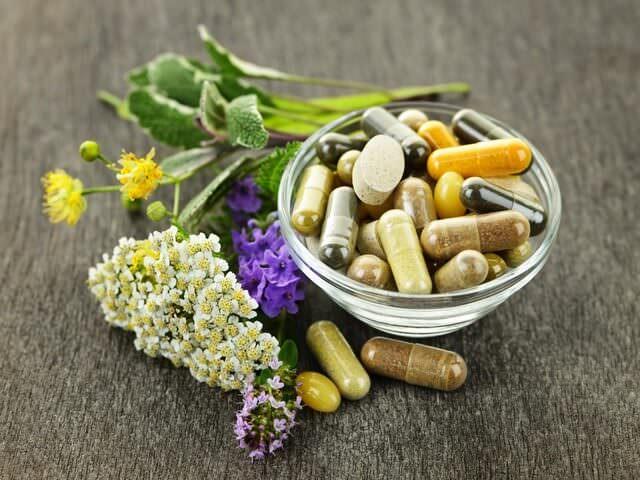 Таблетки и целебные травы