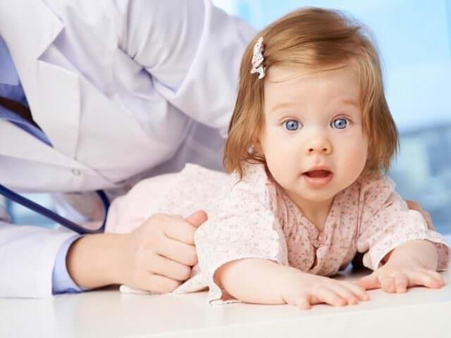 Доктор осматривает ребенка
