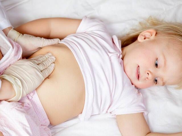 у ребенка болит живот и высокая температура