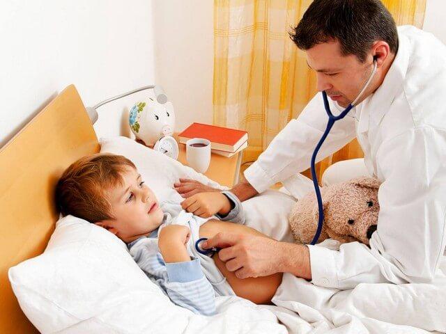 Врач и маленький пациент